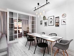 Przy gdańskiej Motławie - Duża otwarta biała jadalnia w salonie, styl skandynawski - zdjęcie od Flow Interiors Franiak&Caturowa