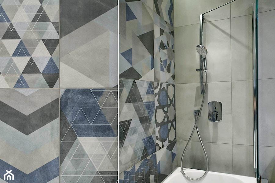 Nowoczesne mieszkanie w Gdyni - Mała szara łazienka na poddaszu w bloku w domu jednorodzinnym bez okna, styl nowoczesny - zdjęcie od Flow Interiors Franiak&Caturowa