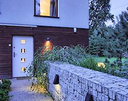 dom w Łomiankach - Średni ogród za domem, styl nowoczesny - zdjęcie od exterio