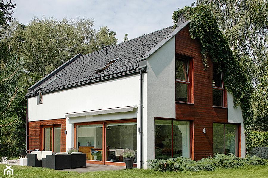 dom w Łomiankach - Średnie jednopiętrowe nowoczesne domy jednorodzinne murowane z dwuspadowym dachem, styl nowoczesny - zdjęcie od exterio