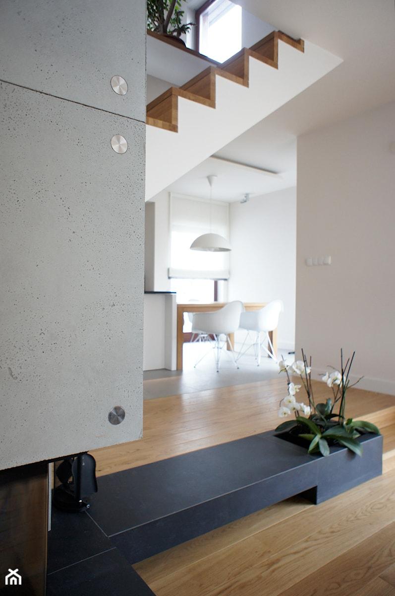 Dom pod Poznaniem - projekt wnętrz - Mała otwarta beżowa szara jadalnia w kuchni, styl skandynawski - zdjęcie od Sasiak-Sobusiak Pracownia Projektowa