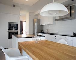 Dom pod Poznaniem - projekt wnętrz - Duża otwarta zamknięta biała kuchnia z wyspą, styl skandynawski - zdjęcie od Sasiak-Sobusiak Pracownia Projektowa