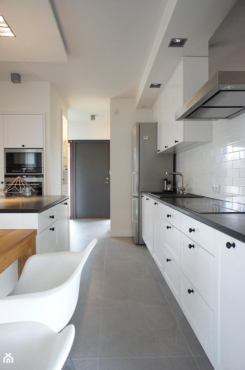Dom pod Poznaniem - projekt wnętrz - Duża otwarta biała kuchnia, styl skandynawski - zdjęcie od Sasiak-Sobusiak Pracownia Projektowa