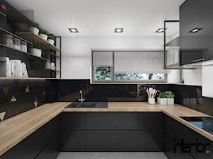 Projekt domu jednorodzinnego z dominującą czernią - Średnia zamknięta biała czarna kuchnia w kształcie litery u z oknem, styl industrialny - zdjęcie od interior art studio