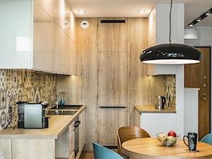 Realizacja małego apartamentu 42 m2 Kolorowy Gocław - Mała otwarta biała szara kuchnia dwurzędowa w aneksie, styl skandynawski - zdjęcie od interior art studio
