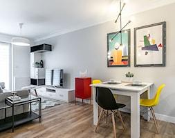 Apartament Szewska w Lublinie - Mała otwarta szara jadalnia w salonie, styl minimalistyczny - zdjęcie od interior art studio