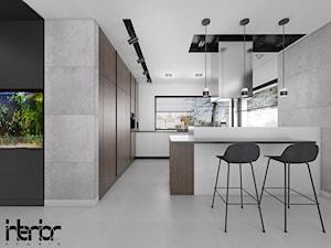 Dom z ciemnym drewnem - Duża otwarta biała szara kuchnia w kształcie litery g w aneksie z oknem, styl nowoczesny - zdjęcie od interior art studio