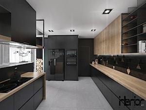 Projekt domu jednorodzinnego z dominującą czernią - Średnia zamknięta czarna kuchnia dwurzędowa z oknem, styl industrialny - zdjęcie od interior art studio
