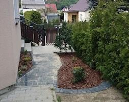 Modernizacja domu. - Mały ogród przed domem - zdjęcie od k_amila