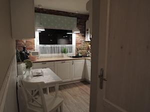 Metamorfoza kuchni i przedpokoju - Średnia zamknięta beżowa brązowa kuchnia w kształcie litery u - zdjęcie od sliwka6