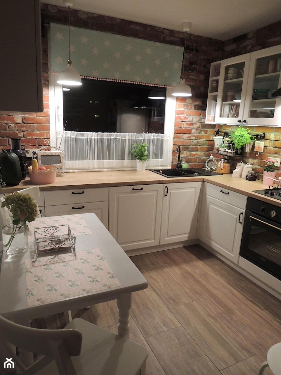 Metamorfoza kuchni i przedpokoju - Średnia zamknięta brązowa kuchnia w kształcie litery l w aneksie, styl prowansalski - zdjęcie od sliwka6