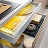 Funkcjonalne rozwiązania ukryte w szafkach kuchennych