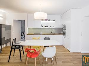 NA FALI - Średnia zamknięta biała jadalnia w kuchni, styl nowoczesny - zdjęcie od studio m Katarzyna Kosieradzka