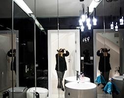 Bia%C5%82o-czarna+ma%C5%82a+%C5%82azienka+Dom+w+Kielcach+-+zdj%C4%99cie+od+PROFES+STUDIO+Sylwia+Fabjan-Jaros+-Architekt+wn%C4%99trz