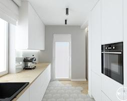 elegancki dom - Średnia otwarta szara kuchnia dwurzędowa z oknem, styl nowoczesny - zdjęcie od tarna design studio