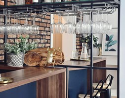 Mieszkanie 60m2 - Mała otwarta biała beżowa jadalnia w kuchni, styl skandynawski - zdjęcie od MaNaZa