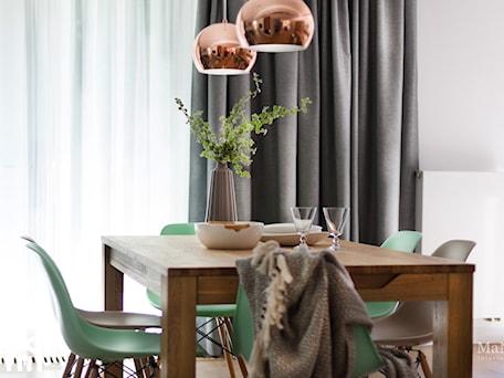Aranżacje wnętrz - Jadalnia: apartament nad Wisłą w Krakowie - Średnia biała jadalnia, styl skandynawski - MaNaZa. Przeglądaj, dodawaj i zapisuj najlepsze zdjęcia, pomysły i inspiracje designerskie. W bazie mamy już prawie milion fotografii!