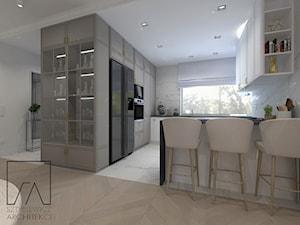 DOM POZNAŃ // NOWOCZESNE GLAMOUR - Średnia otwarta biała kuchnia w kształcie litery u z oknem, styl glamour - zdjęcie od SZTYBLEWICZ_architekci