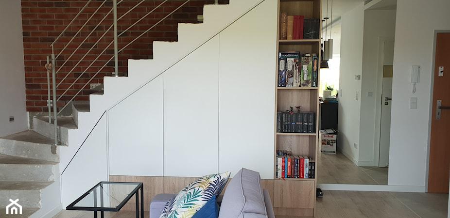 Szafa pod schodami – jaką wybrać? Sprawdź pomysły na przestrzeń pod schodami
