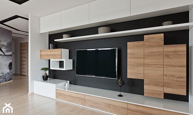czarna ściana w salonie i białe meble o geometrycznych kształtach