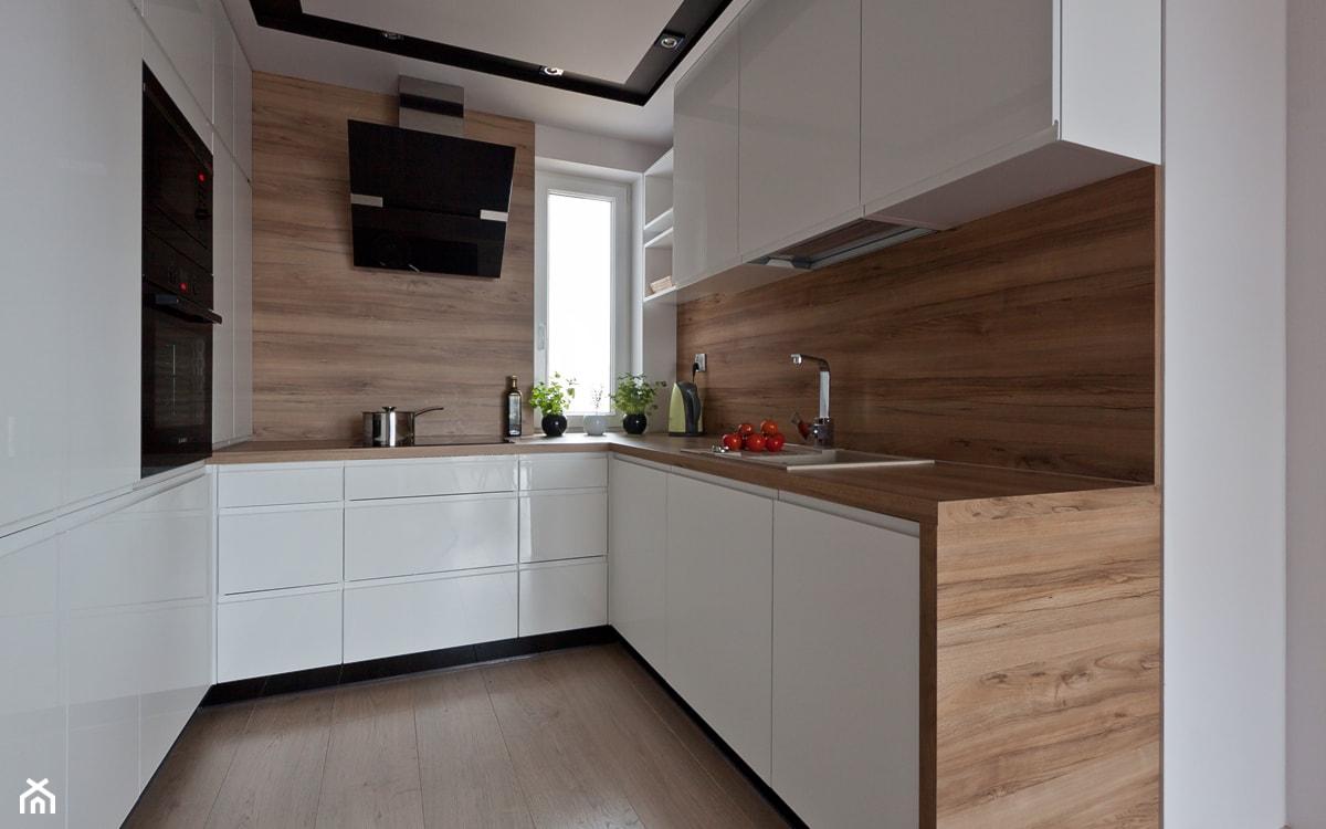białe meble z połyskiem w kuchni