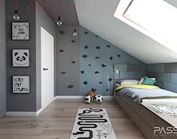 Projekt 31 - Mały biały niebieski czarny pokój dziecka dla chłopca dla dziewczynki dla nastolatka, styl nowoczesny - zdjęcie od PASS architekci