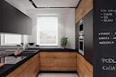 drewniane meble z czarnym blatem, farba tablicowa w kuchni, szare płytki podłgowe