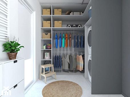 Aranżacje wnętrz - Garderoba: Projekt 32 - Średnia zamknięta garderoba z oknem oddzielne pomieszczenie, styl skandynawski - PASS architekci. Przeglądaj, dodawaj i zapisuj najlepsze zdjęcia, pomysły i inspiracje designerskie. W bazie mamy już prawie milion fotografii!