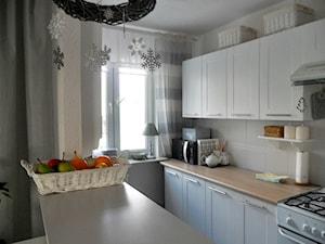 Metamorfoza kuchni tanim kosztem - Średnia otwarta biała kuchnia dwurzędowa z oknem - zdjęcie od Olga88