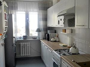 Metamorfoza kuchni tanim kosztem - Średnia zamknięta wąska biała kuchnia dwurzędowa - zdjęcie od Olga88