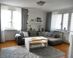Metamorfoza kuchni tanim kosztem - Mały biały salon z tarasem / balkonem - zdjęcie od Olga88