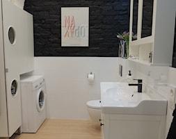 MIESZKANIE W KOSZARACH - Mała biała czarna łazienka w bloku bez okna, styl vintage - zdjęcie od Studio Projektowe RoRO interior + design