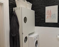 MIESZKANIE W KOSZARACH - Mała biała łazienka na poddaszu w bloku w domu jednorodzinnym bez okna, styl vintage - zdjęcie od Studio Projektowe RoRO interior + design