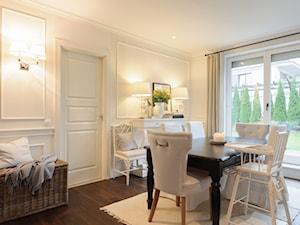 Mieszkanie w Warszawie w stylu New England - Średnia otwarta biała jadalnia w salonie, styl klasyczny - zdjęcie od WWW.STUDIO-INACZEJ.PL