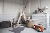 biała komoda, beżowy namiot do zabawy, drewniane krzesło, szary dywan, wiklinowy kosz