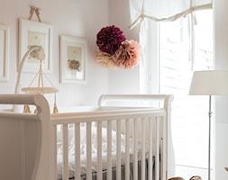 Mieszkanie w Warszawie w stylu New England - Mały beżowy pokój dziecka dla chłopca dla dziewczynki dla niemowlaka dla malucha, styl klasyczny - zdjęcie od WWW.STUDIO-INACZEJ.PL