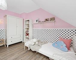 Stylizacja i fotografia wnętrz - Średni biały różowy pokój dziecka dla dziewczynki dla ucznia dla malucha dla nastolatka, styl skandynawski - zdjęcie od AnEd Design - stylizacja wnętrz/home staging/fotografia wnętrz - Homebook