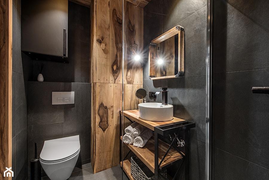 Projekt mieszkania 27m2 - Mała czarna łazienka bez okna, styl industrialny - zdjęcie od AnEd Design - stylizacja wnętrz/home staging/fotografia wnętrz
