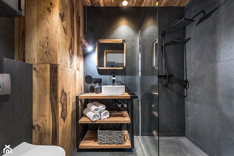 Projekt mieszkania 27m2 - Mała czarna łazienka w bloku w domu jednorodzinnym bez okna, styl industrialny - zdjęcie od AnEd Design - stylizacja wnętrz/home staging/fotografia wnętrz