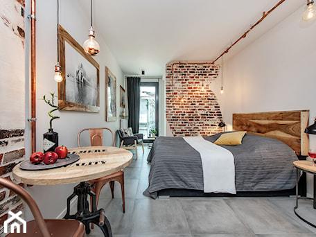 Aranżacje wnętrz - Sypialnia: Projekt mieszkania 27m2 - Duża biała sypialnia małżeńska, styl industrialny - AnEd Design - stylizacja wnętrz/home staging/fotografia wnętrz. Przeglądaj, dodawaj i zapisuj najlepsze zdjęcia, pomysły i inspiracje designerskie. W bazie mamy już prawie milion fotografii!