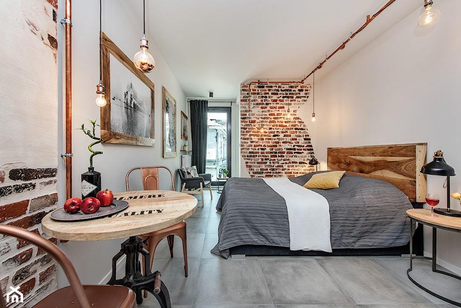 Projekt mieszkania 27m2 - Duża biała sypialnia małżeńska, styl industrialny - zdjęcie od AnEd Design - stylizacja wnętrz/home staging/fotografia wnętrz