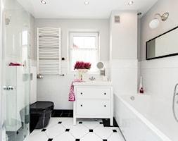 Stylizacja i fotografia wnętrz - Mała biała szara łazienka w bloku w domu jednorodzinnym z oknem, styl skandynawski - zdjęcie od AnEd Design - stylizacja wnętrz/home staging/fotografia wnętrz - Homebook