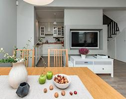 Stylizacja i fotografia wnętrz - Średnia otwarta biała szara jadalnia w salonie, styl skandynawski - zdjęcie od AnEd Design - stylizacja wnętrz/home staging/fotografia wnętrz - Homebook