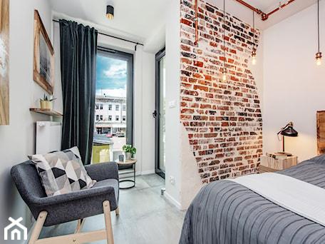 Aranżacje wnętrz - Sypialnia: Projekt mieszkania 27m2 - Średnia biała sypialnia małżeńska, styl industrialny - AnEd Design - stylizacja wnętrz/home staging/fotografia wnętrz. Przeglądaj, dodawaj i zapisuj najlepsze zdjęcia, pomysły i inspiracje designerskie. W bazie mamy już prawie milion fotografii!