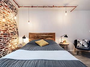 Projekt mieszkania 27m2 - Średnia szara sypialnia małżeńska na poddaszu, styl industrialny - zdjęcie od AnEd Design - stylizacja wnętrz/home staging/fotografia wnętrz
