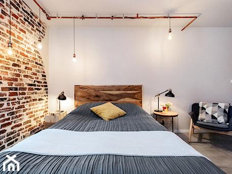 Aranżacje wnętrz - Sypialnia: Projekt mieszkania 27m2 - Średnia szara sypialnia małżeńska na poddaszu, styl industrialny - AnEd Design - stylizacja wnętrz/home staging/fotografia wnętrz. Przeglądaj, dodawaj i zapisuj najlepsze zdjęcia, pomysły i inspiracje designerskie. W bazie mamy już prawie milion fotografii!