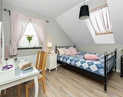 Szybka i tania przemiana - nowa odsłona sypialni - Średnia biała szara sypialnia dla gości małżeńska na poddaszu, styl skandynawski - zdjęcie od AnEd Design - stylizacja wnętrz/home staging/fotografia wnętrz