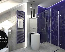 Kontrastowa kolorystyka w nowoczesnym zestawieniu bieli z niebieskim w łazience na poddaszu - zdjęcie od Monostudio Wnętrza