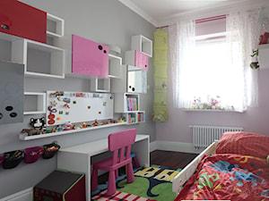 Biel-czerń-drewno - Mały biały szary różowy pokój dziecka dla dziewczynki dla ucznia dla malucha, styl nowoczesny - zdjęcie od IZUdesign
