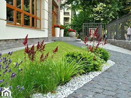 Aranżacje wnętrz - Ogród: Nowoczesny, elegancki ogród. - Średni ogród przed domem, styl minimalistyczny - PracowniaDabrowska. Przeglądaj, dodawaj i zapisuj najlepsze zdjęcia, pomysły i inspiracje designerskie. W bazie mamy już prawie milion fotografii!